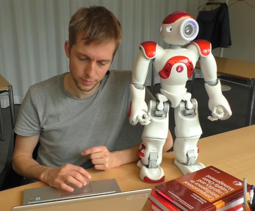 Bild zeigt Interaktion zwischen Roboter und Student